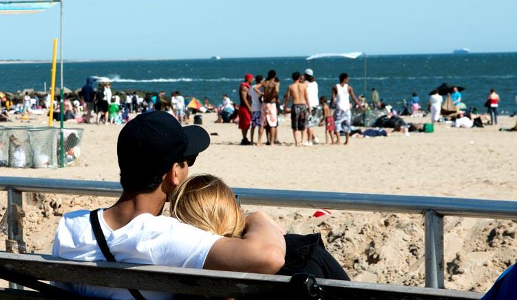 Am Strand von Coney Island - © NYC & Company/Julienne Schaer