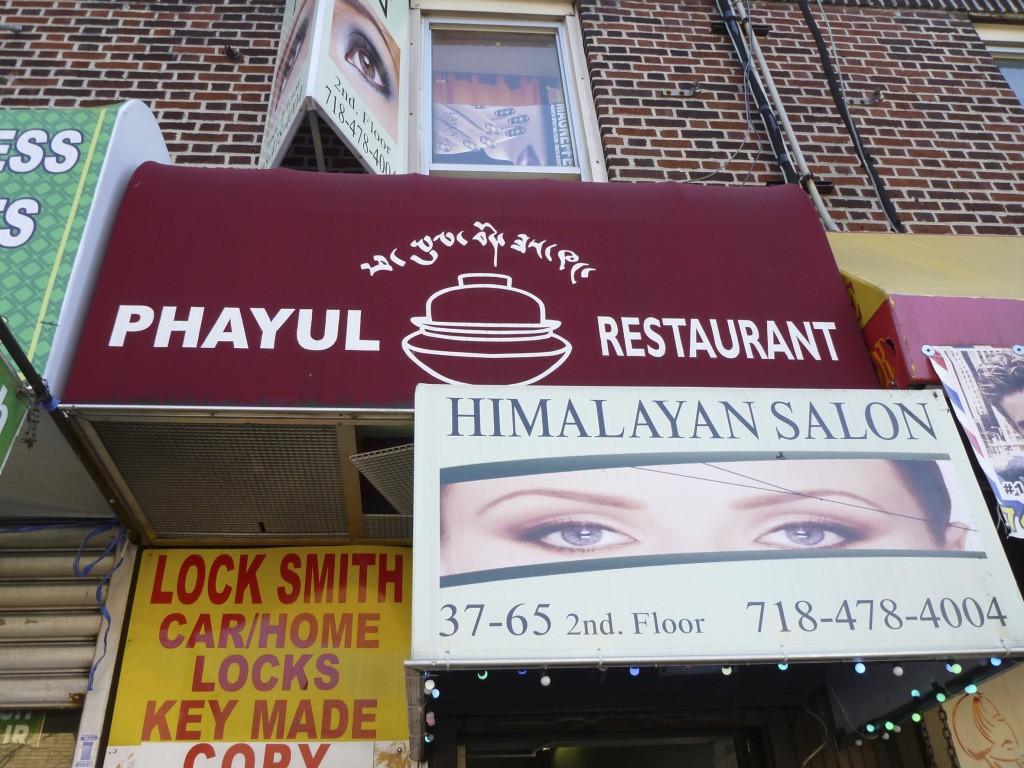 Zwischen Beautyshop und Schmuckladen: Phayul in Himalaya Heights