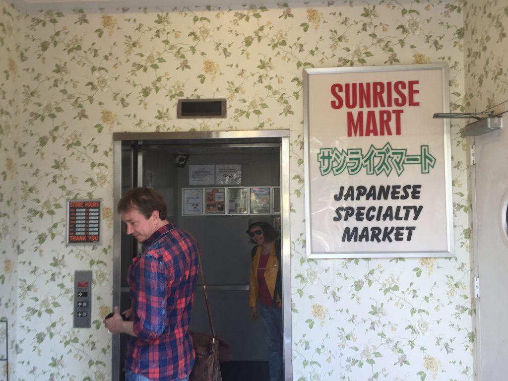 Derk hat den Eingang zum Sunrise Mart gefunden...