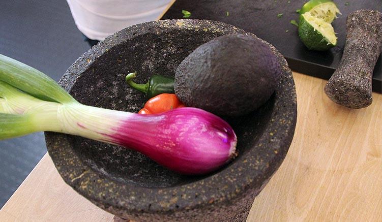Die Zutaten für eine klassische Guacamole